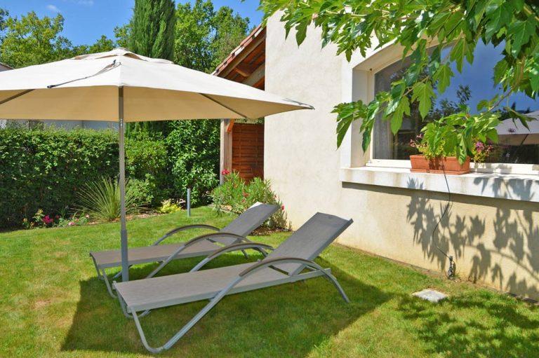 Photographie de chaises longues d'un le jardin d'un gîte en France