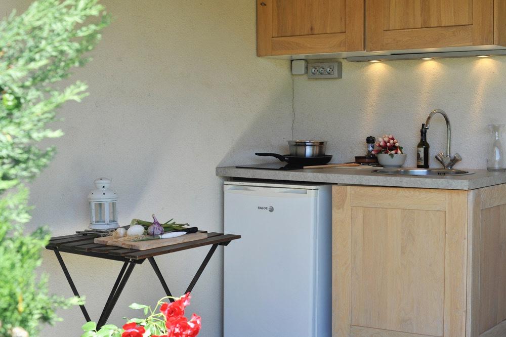 Photo de la cuisine d'été d'une maison de vacances dans la vallée de la Drôme