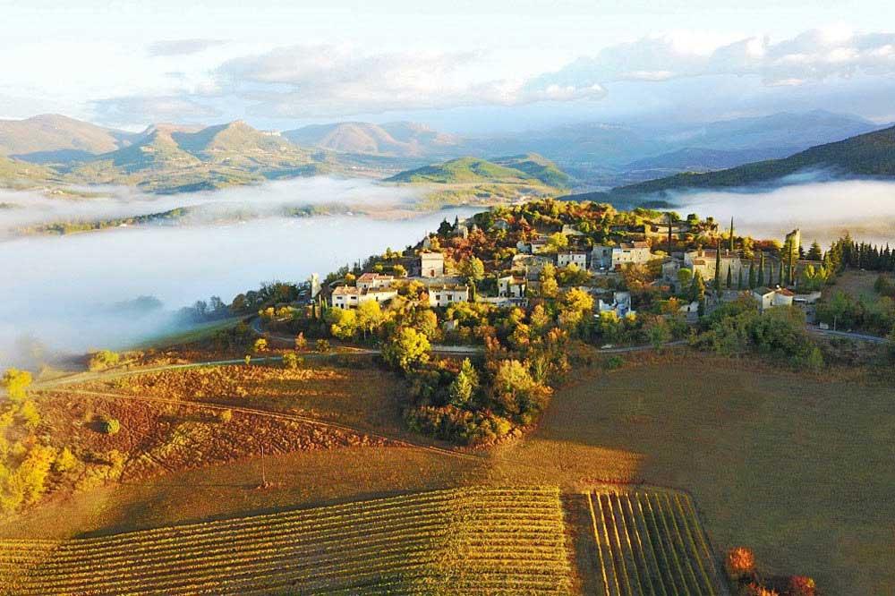 Photographie aérienne d'un village perché de la vallée de la Drôme